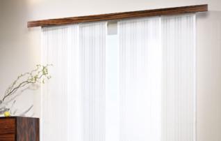 Vorhangschiene aus Holz mit Fender Flächenvorhangsystem