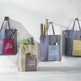 Recycelte Fairschnitt Stofftaschen an der Wand