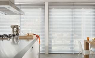 Küche mit Silhouette-Stores am Fenster