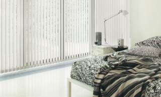 Weiße Vertikallamellen am Fenster