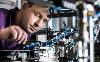 Anton Leidinger bei der Wartung einer Maschine