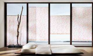 Plissee mit Stoff im Kirschblüten-Look in den Glasfalz montiert