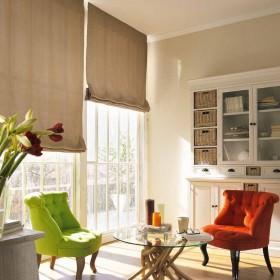 Wohnraum mit Raffrollos