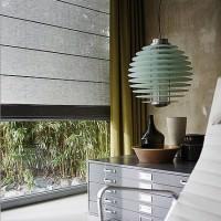 Geradliniges Faltrollo am Fenster