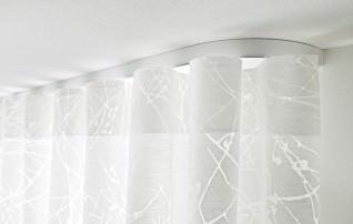 Individuell gebogene Aluminiumschiene an der Decke mit Wellenvorhang.